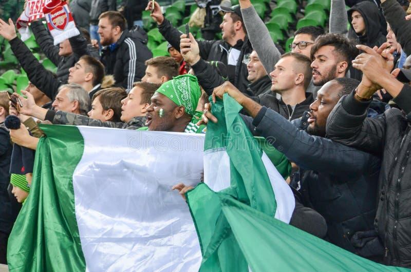 KRASNODAR, RUSIA - 14 de noviembre de 2017: El fan nigeriano celebra v fotos de archivo libres de regalías
