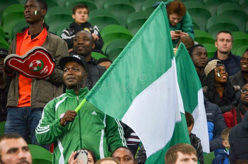 KRASNODAR, RUSIA - 14 de noviembre de 2017: Suppo nigeriano de los partidarios fotos de archivo