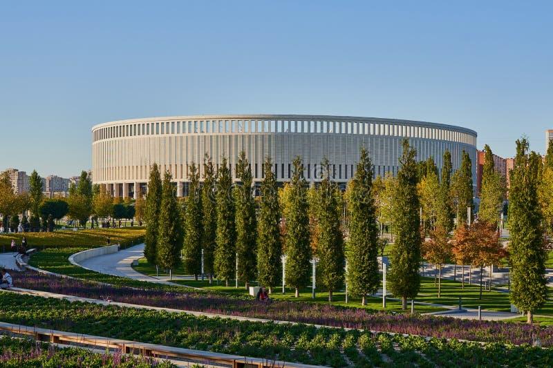 Krasnodar, Rusia - 7 de octubre de 2018: Bancos largos para relajarse en los senderos en el parque Krasnodar o Galitsky en el oto fotografía de archivo