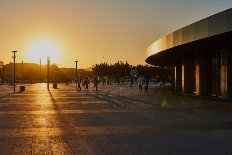 Krasnodar, Rusia - 7 de octubre de 2018: La entrada del nuevo edificio del estadio de Krasnodar en la puesta del sol foto de archivo libre de regalías