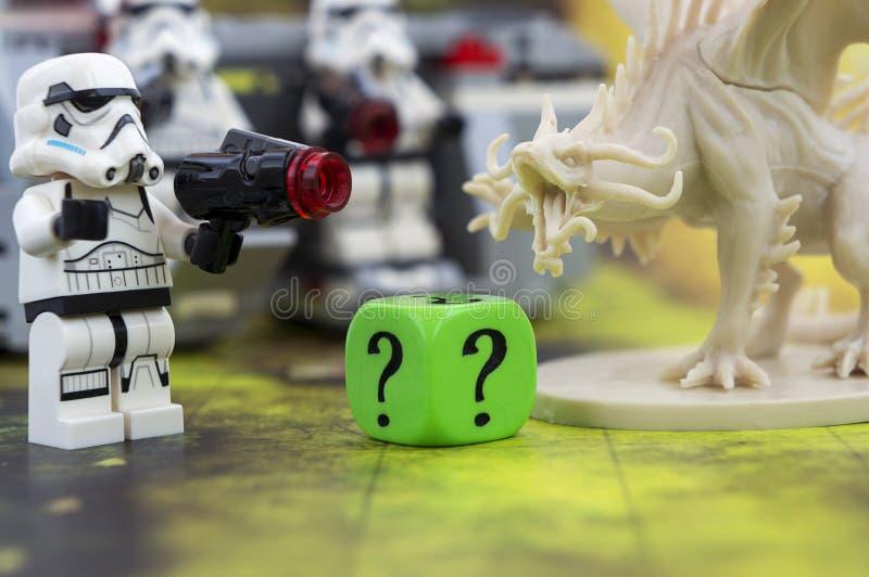Krasnodar, Rusland, 31 Juli 2018: Speeloversteekplaatsspel Lego Star Wars-onweerstroppers en een cijfer van draak van Afdalingsra stock afbeeldingen