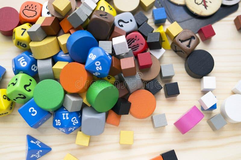 Krasnodar, Russia, il 23 maggio 2019: Lotti degli oggetti per il rpg, il bordo o i giochi da tavolo: taglia, chip e cubi di legno immagini stock