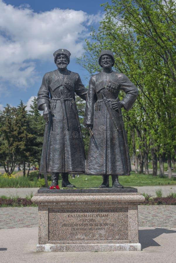 Krasnodar, Russia, 7 pu? 2019 Monumento ai cosacchi ed agli alpinista-eroi della prima guerra mondiale con via di Krasnaya in Kra fotografia stock