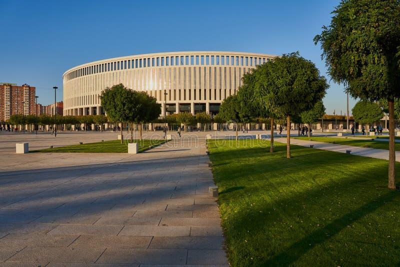 Krasnodar, Russie - 7 octobre 2018 : Vue du parc de Galitsky au bâtiment du stade de Krasndar au coucher du soleil image libre de droits
