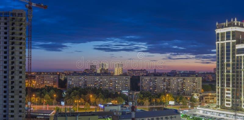 Krasnodar, Russland - 29. Juni 2019: schöne Fassade des Gebäudes gegen den nächtlichen Himmel mit Sonnenuntergang Ansicht der Str lizenzfreie stockfotos