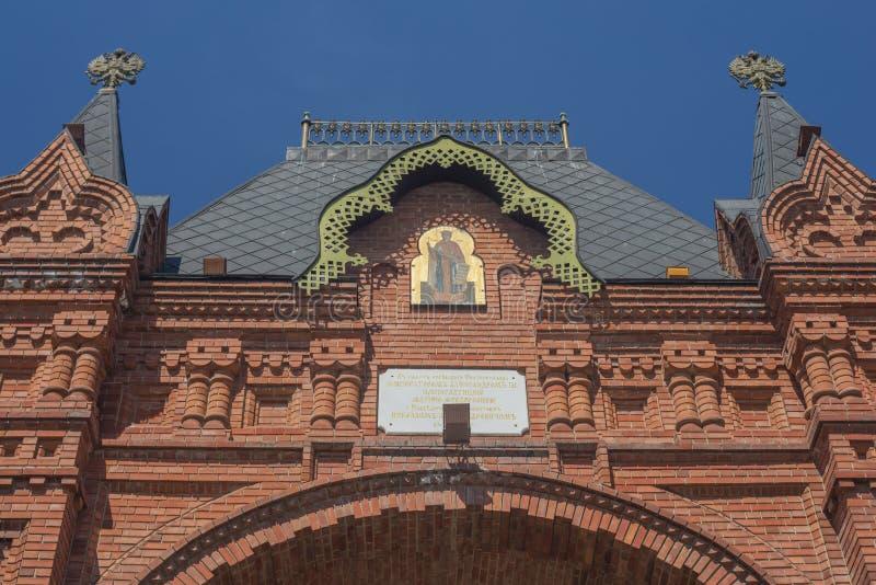 KRASNODAR, RUSSLAND - können Sie 02, 2019: Fragment-Triumphbogen mit Ikone St. Alexander Nevsky im Ehrekaiser Alexander III. stockbild