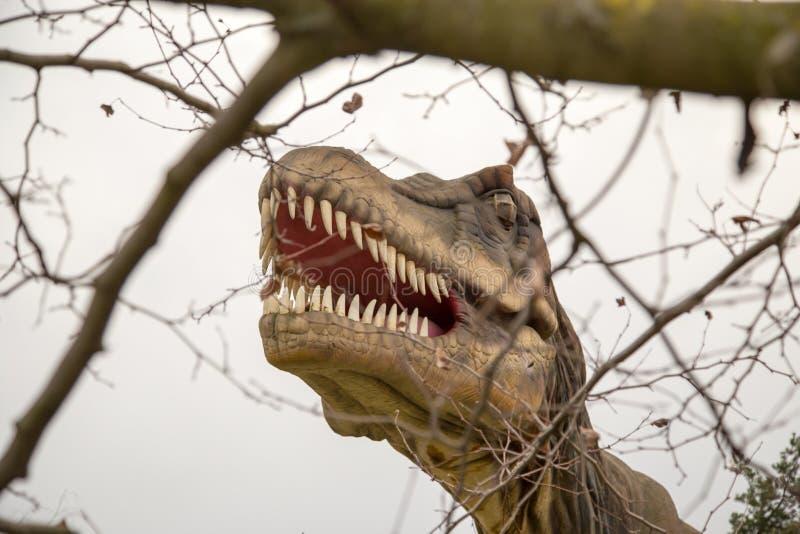 Krasnodar rysk federation Januari 5, 2018: Modell av dinosaurien i Safari Park av staden av Krasnodar royaltyfri bild