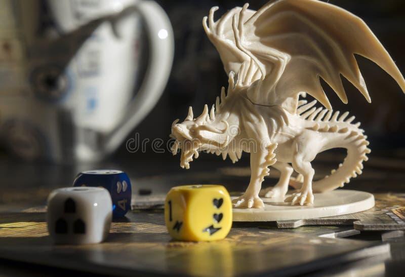 """Krasnodar/Ryssland †""""Oktober 17, 2018: Spela fängelsehålor och drakar, dndroll som spelar leken Diagramet av draken, tärnar, rp royaltyfri bild"""
