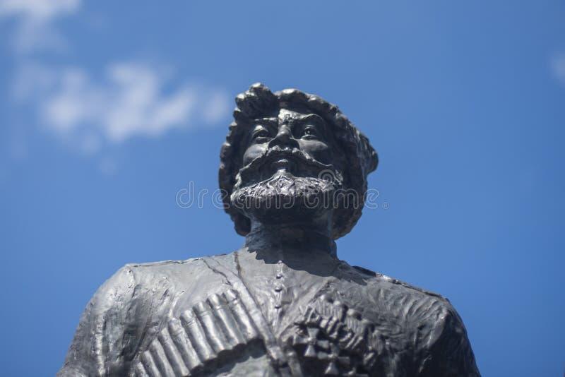 Krasnodar Ryssland, 7 kan 2019 Monument till kosackar och bergsbestigare-hjältar av det första världskriget på den Krasnaya gatan royaltyfri bild