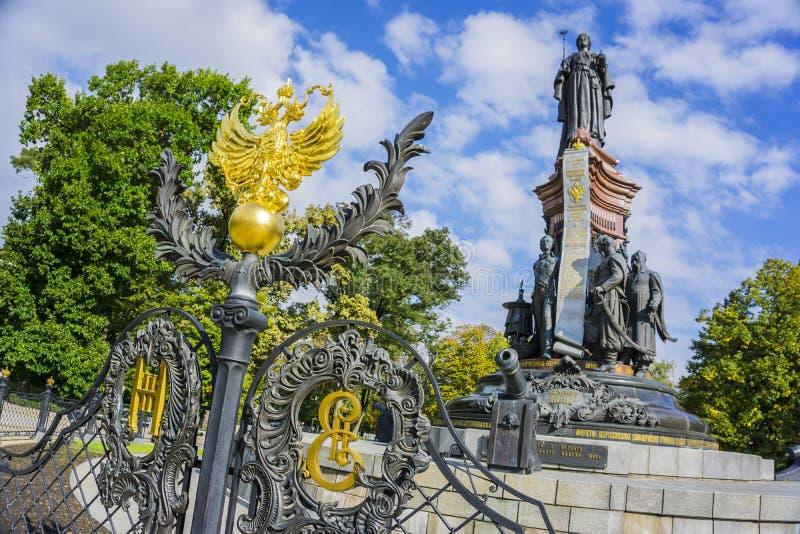 Krasnodar Ryssland - September 30: Monument till Catherine The Great II med den ryska vapenskölden på September 24, 2016 fotografering för bildbyråer