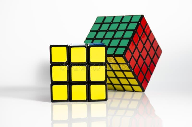 Krasnogorsk, Rússia - em fevereiro de 2019: O cubo 5x5 e 3x3 de Rubik recolhido em um fundo claro fotos de stock royalty free