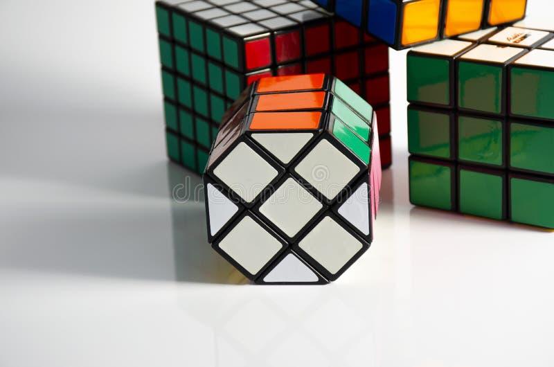 Krasnogorsk, Rússia - em fevereiro de 2019: O cubo 5x5 e 3x3 de Rubik recolhido em um fundo claro fotografia de stock