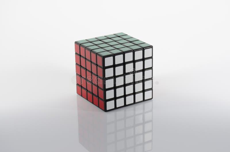 Krasnogorsk, Rússia - em janeiro de 2019: O cubo 5x5 de Rubik recolhido em um fundo claro imagem de stock royalty free