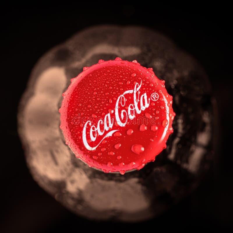 Krasnojarsk, Russia 30 giugno 2019 Bottiglia della coca-cola Vista superiore Fuoco scuro e molle Chiuda - su, seppia, fotografia stock