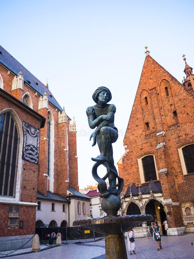 Krasnoludek statua i słońce tarcza na kościół kościół w Krakow Polska Mariacki lub St Marys obraz stock
