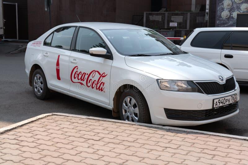 Krasnoyars, Rosja, 3 2019 Lipiec: Koka-kola Firma samochód Rosja zdjęcia stock