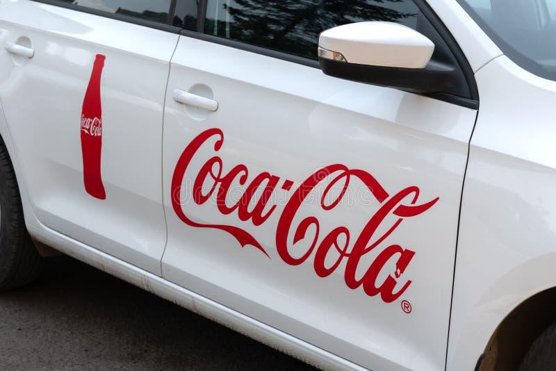Krasnoyars, Rusland, 3 juli 2019: Coca Cola Company Car The Rusland embleem op de deur stock fotografie