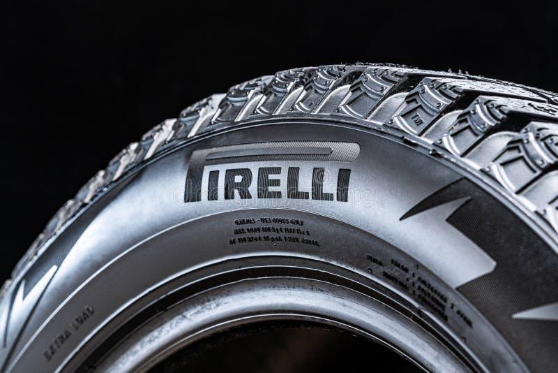 Krasnoyarsk, Rosja, 28 2019 Lipiec: Pirelli logo na stronie opona, w górę, czarny tło obrazy royalty free