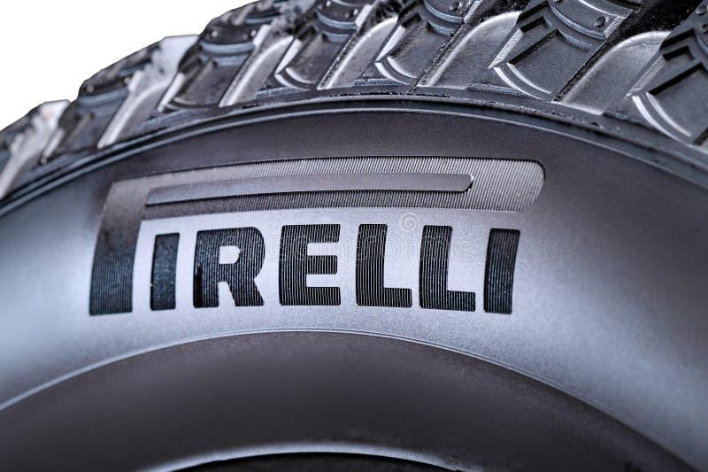 Krasnoyarsk, Rosja, 28 2019 Lipiec: Pirelli logo na stronie opona, w górę, odizolowywająca obrazy royalty free
