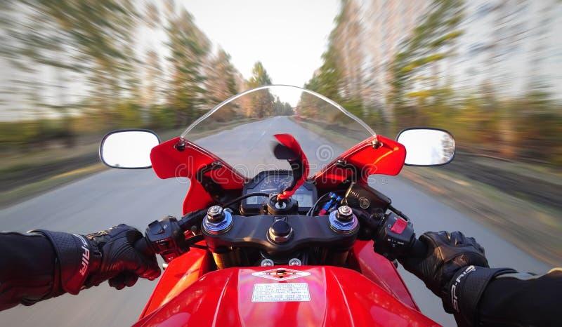 KRASNOYARSK ROSJA, Maj, - 15, 2019: Pierwszy osoba widok na czerwieni bawi si? motocykl Sportbike w pierwszy osobie Honda CBR 600 zdjęcie royalty free