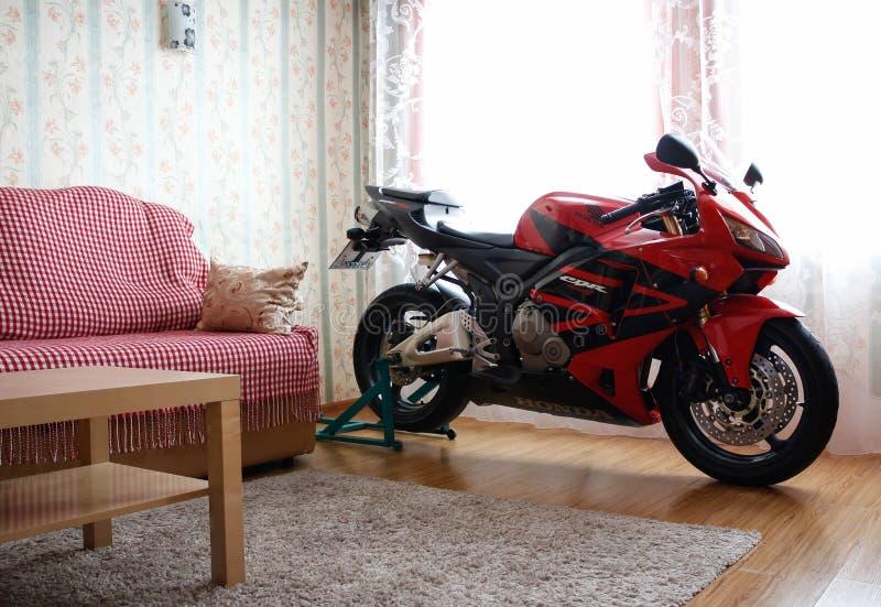 KRASNOYARSK ROSJA, Marzec, - 6, 2019: Czerwony i czarny sportbike Honda CBR 600 RR 2005 PC37 w domu Motocykl w mieszkaniu obrazy stock