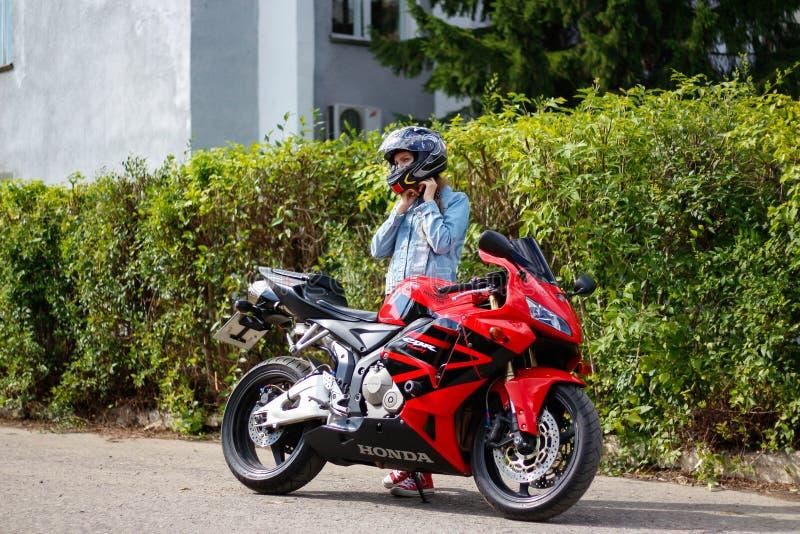 KRASNOYARSK ROSJA, SIERPIEŃ, - 09, 2017: Dziewczyna motocyklisty weari zdjęcie stock