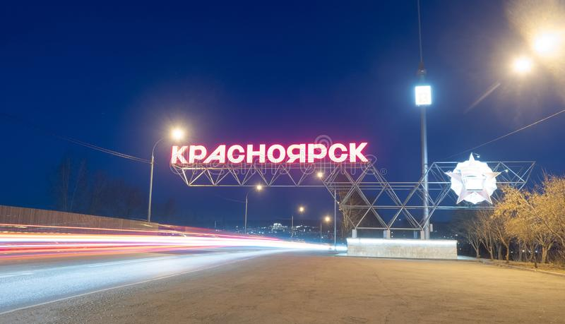 Krasnoyarsk, Rusia - 9 de abril de 2019: muestra en la entrada a la ciudad de Krasnoyarsk, tráfico de coche en la noche fotografía de archivo