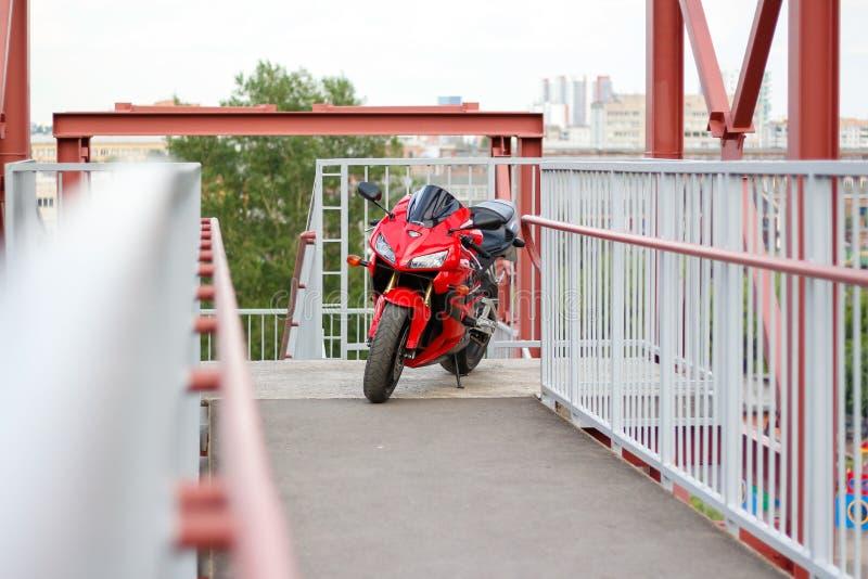 KRASNOYARSK, RUSIA - 27 DE MAYO DE 2017: Sportbike rojo y negro Honda CBR 600 RR 2005 PC37 imágenes de archivo libres de regalías