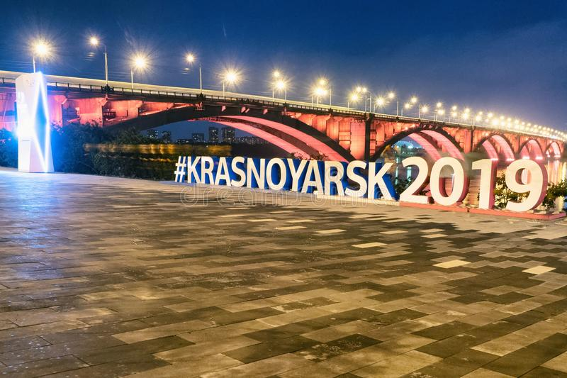 Krasnoyarsk, Rusia 2 de septiembre de 2018: terraplén del río, vista del puente fotos de archivo libres de regalías