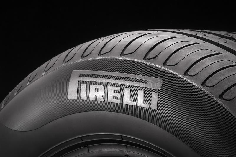 Krasnoyarsk, Rusia, 2019, 24 puede: Logotipo de Pirelli en el lado del nuevo neumático del verano primer, fondo negro imágenes de archivo libres de regalías