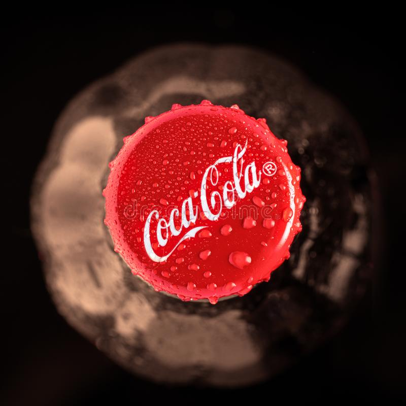 Krasnoyarsk, Rusland 30 Juni, 2019 De fles van de coca-cola Hoogste mening Rustige en zachte nadruk Close-up, sepia, stock foto