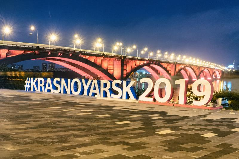 Krasnoyarsk Ryssland-September 02 2018: invallning av floden, sikt av bron royaltyfri bild
