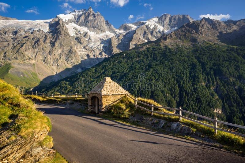 Krasomówstwo Le Chazelet przy zmierzchem z szczytami los angeles Meije Ecrins park narodowy, Hautes-Alpes, Francja obraz royalty free