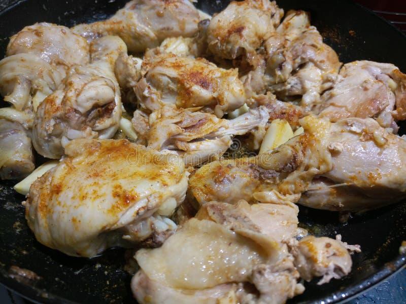 Kraszony organicznie kurczak w ceramicznej niecce obrazy stock