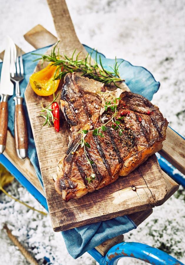 Kraszony piec na grillu kość stek przy zimy BBQ fotografia stock