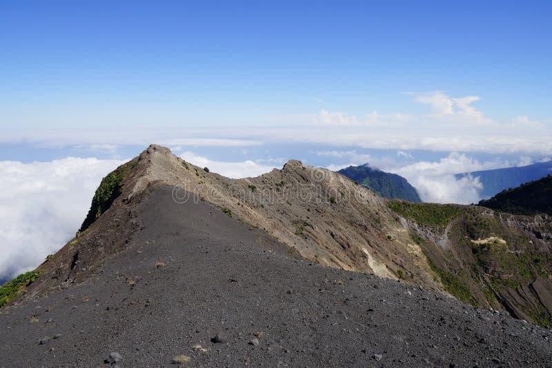 Krater av den Irazu vulkan, det Cartago landskapet, Costa Rica och vit fördunklar arkivfoto
