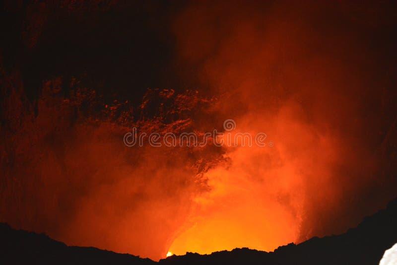 Krater av den Masaya vulkan med lava inom, i Nicaragua royaltyfria bilder