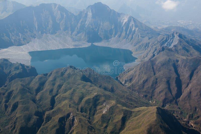 Krater av Mt Pinatubo från luften, Filippinerna royaltyfri bild