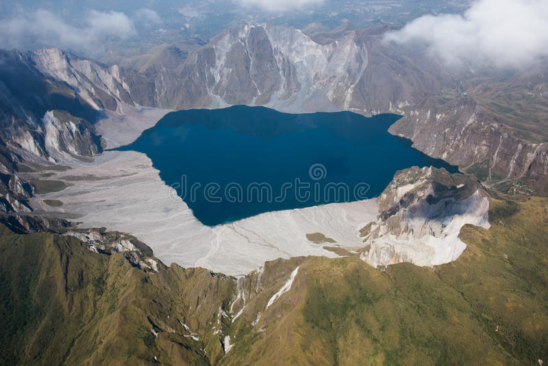 Krater av Mt Pinatubo från luften, Filippinerna arkivbild
