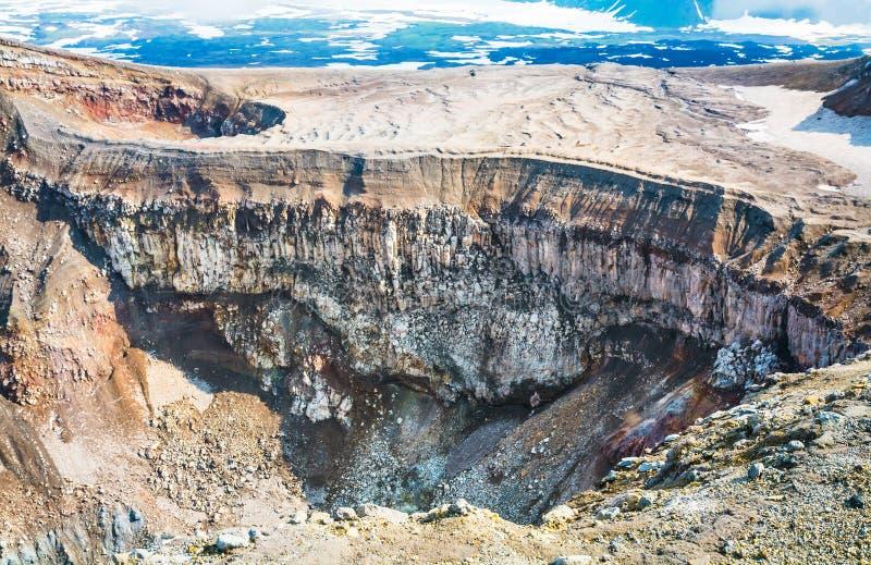 Krater av vulkan Goreliy på Kamchatka, Ryssland arkivfoto