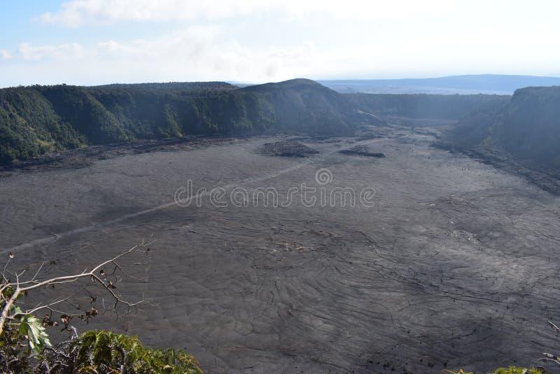 Krater des schlafenden Vulkans ausgefüllt mit Felsen mit dem Kanten- und Regenwald, der ihn umgibt stockbild