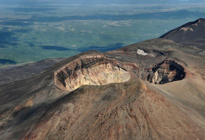 Krater des Vulkans Maly Semiachik lizenzfreie stockfotos