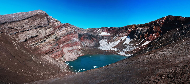 Krater eines Vulkans in Kamchatka stockfotografie