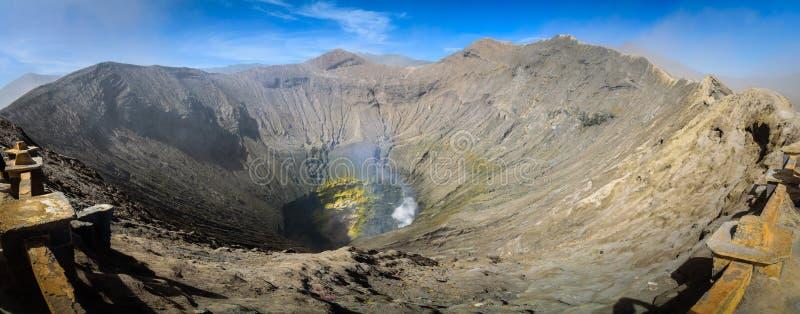 Krater inom av monteringen Bromo för aktiv vulkan på Tenggeren Semer royaltyfria bilder