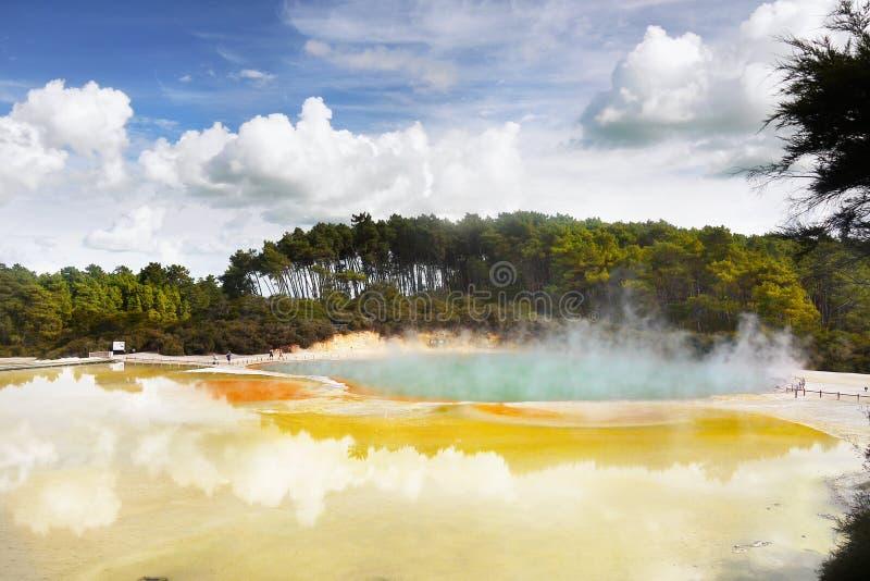 Krater jezioro, Gorąca wiosna obrazy royalty free