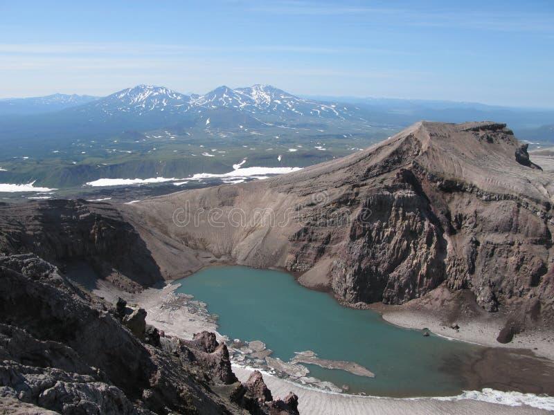 Krater sjö i den Gorely vulkan, Kamchatka, Ryssland royaltyfri bild