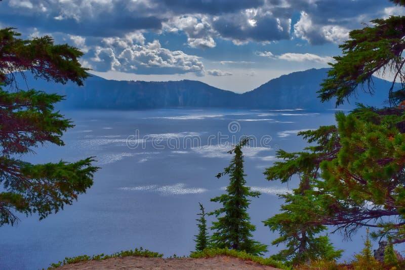 Krater sjönationalpark i Oregon på en molnig dag arkivbilder