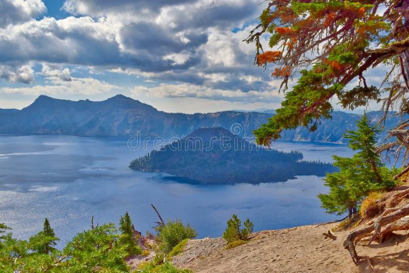 Krater sjönationalpark i Oregon på en molnig dag royaltyfria foton