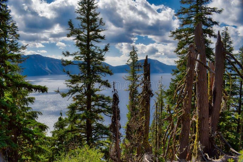 Krater sjönationalpark i Oregon på en molnig dag arkivfoto