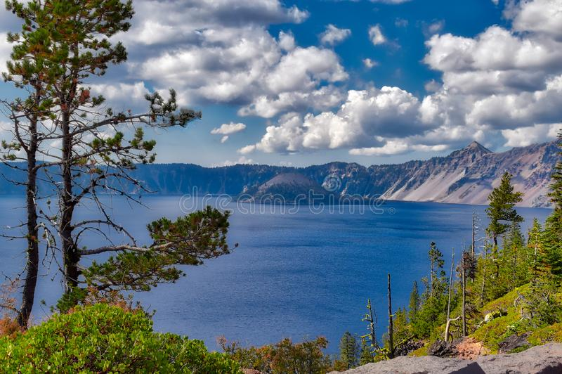 Krater sjönationalpark i Oregon på en molnig dag royaltyfri bild